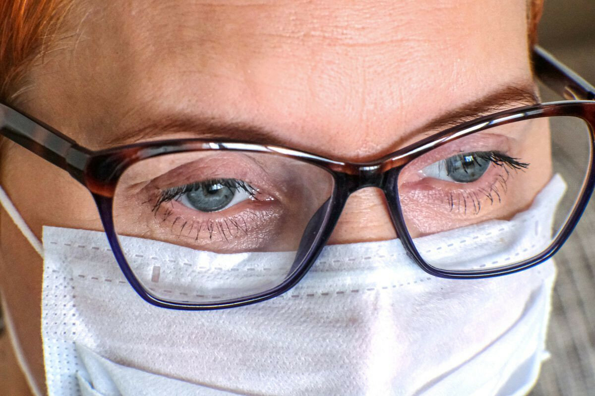 Eynək koronavirusa yoluxma riskini 5 dəfə azaldır