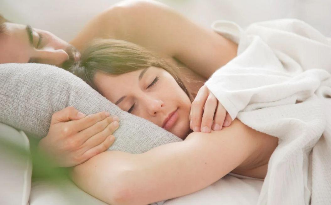 Həkimlərdən cütlüklərə tövsiyə:  Lüt yatın, sağlamlığa faydası var!
