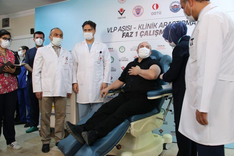 Nazir könüllü olaraq yerli vaksin vurdurdu -  FOTO
