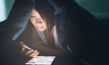 Gecələr smartfonlardan istifadənin  QORXUNC fəsadları