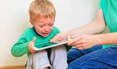 """Uşaqlarda telefon """"xəstəliyi""""nin fəsadları:  Erkən cinsi inkişaf, aqressiya..."""
